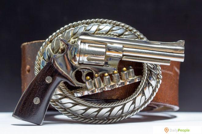 Застежки для пояса в форме оружия