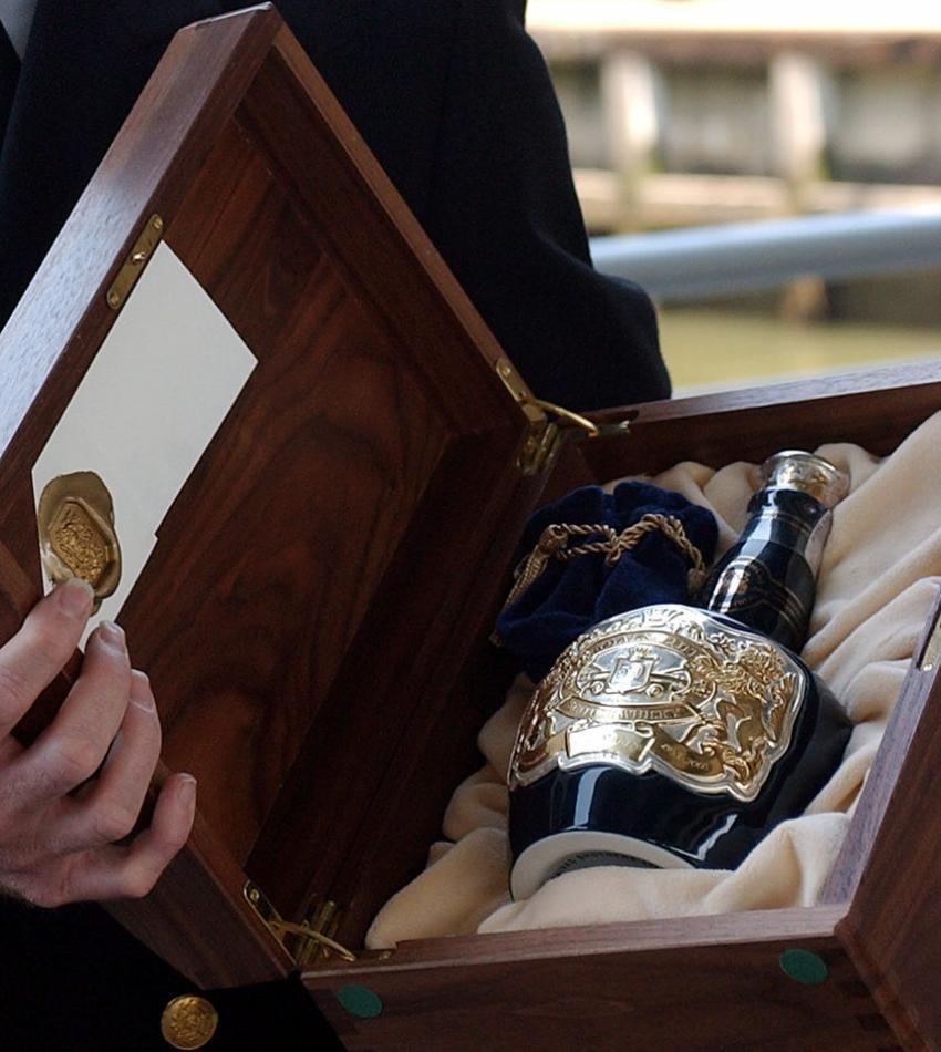 «Королевское приветствие» Чивас Ригал (Chivas Regal Royal Salute) – 10 000 долларов