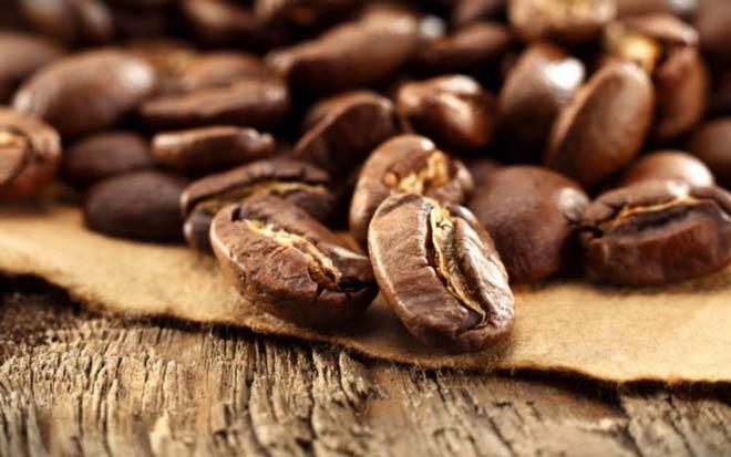 Темное кофе более крепкое и в нем больше кофеина