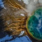 Термофилы ярко окрасили Большой призматический источник в Йеллоустонском национальном парке. Эти микроорганизмы приспособились к существованию в горячей воде.