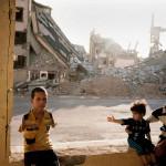 Семья беженцев в разрушенном здании в иракском городе Рамади.