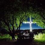 Ночной пикник под абрикосовыми деревьями в Багаране, Армения.